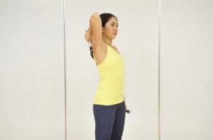 二の腕ダイエット① ダンベルを使って上腕三頭筋を伸ばして鍛える「フレンチプレス」のやり方
