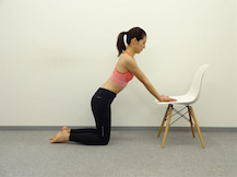 椅子を使った二の腕の皮たるみ防止エクササイズのやり方