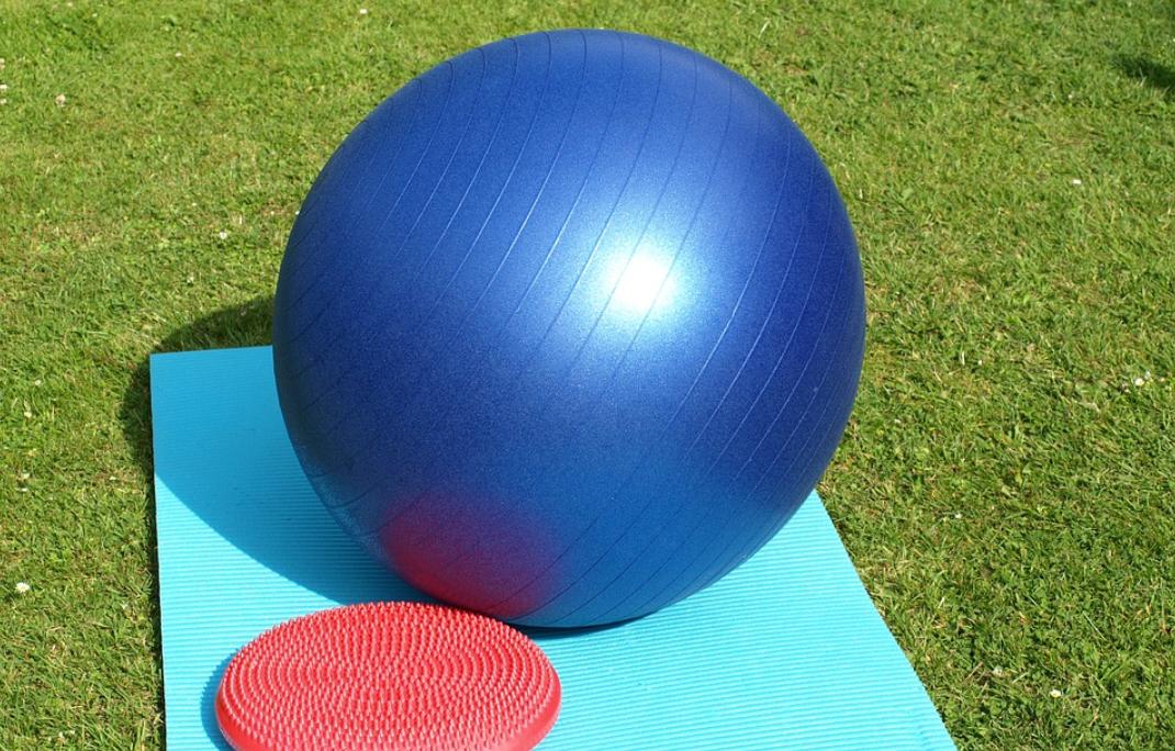 内ももやふくらはぎに効果的!バランスボールの脚やせ方法とは?